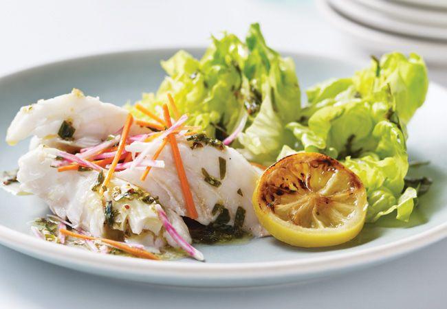 Salada de peixe-espada grelhado com slaw de beterraba e cenoura