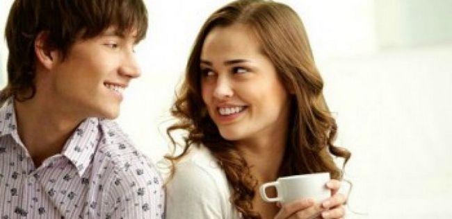 Como rapazes e meninas usam linguagem corporal para flertar? 10 maneiras