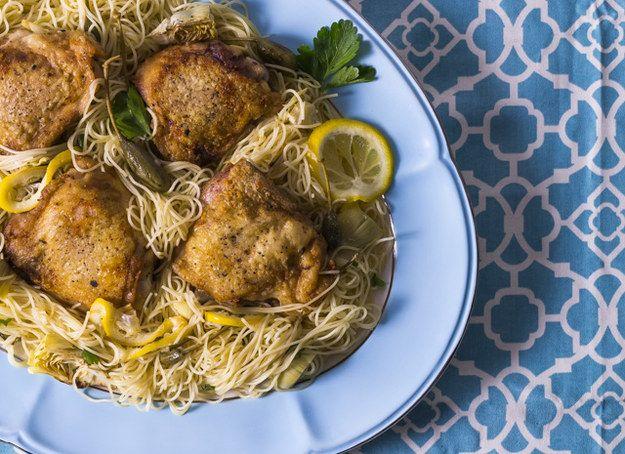 Lemon Caper massa com alcachofras e galinha