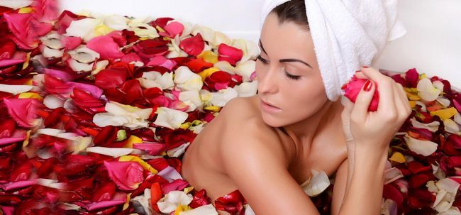 Como usar água de rosas para tratar a pele seca?