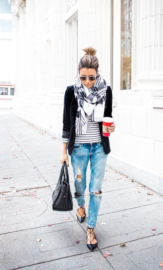 Blazer preto e jeans rasgados