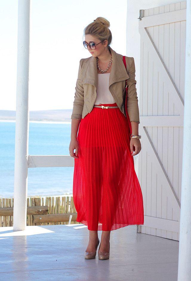 Idea Red saia plissada Outfit com um curto Blazer