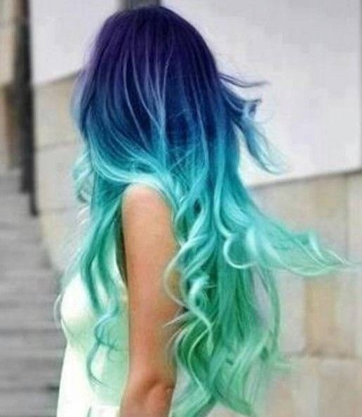 Indigo e do aqua em uma mistura de cores impressionante - última tendência cor do cabelo ombre