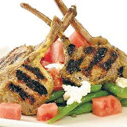 costeletas de cordeiro com feijão e salada de feta