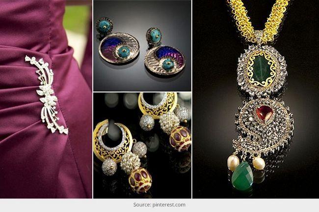 A designer de jóias na índia, que está vindo de idade