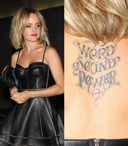 Tatuagens de mena suvari - parte superior das costas lettering tatuagem