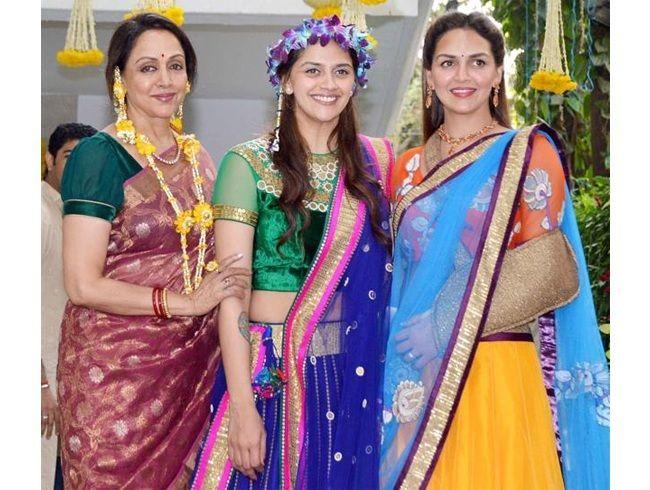 Esha Deol em jóias floral para o mehndi