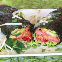 Nori envolve com abacate e salmão fumado