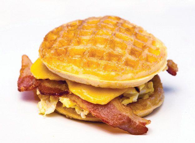Bacon, ovo, queijo e Waffle Sandwich