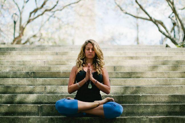 Praticar a meditação zen a recuar a mente de confusões do mundo