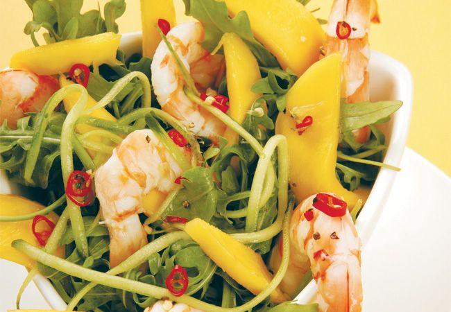 Camarão, rúcula, manga e salada de pepino com molho de limão zesty