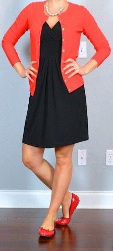 sapatilhas vermelhas e um vestido preto