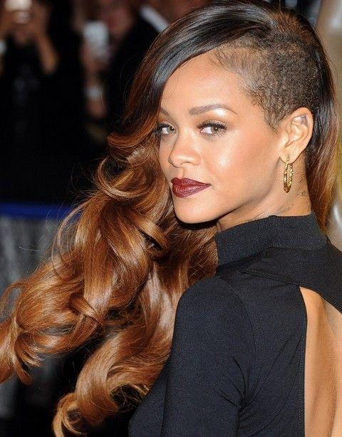 Rihanna Penteados: Edgy-chique lado varreu Ondas longas