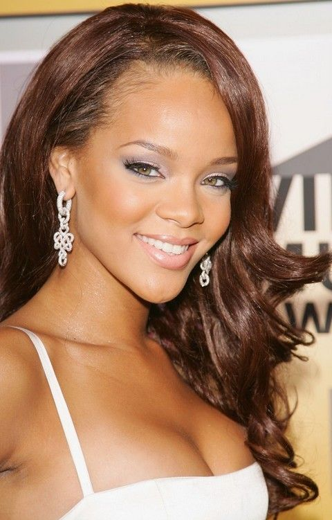 Rihanna Penteados: Ondas longas lado varreu Voguish