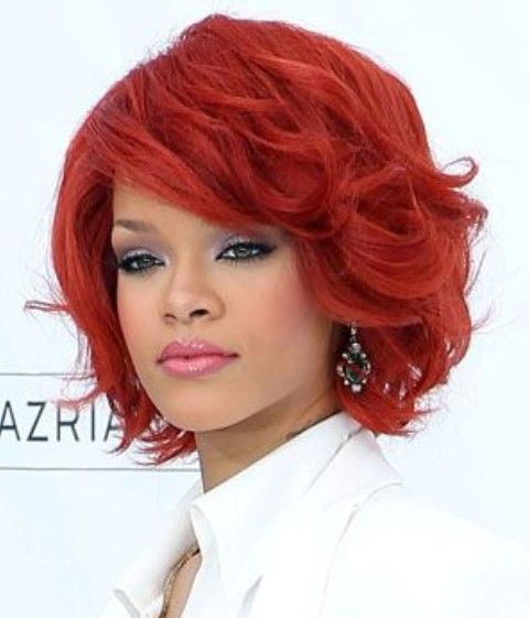 Rihanna curtos penteados: Scarlet ondulado corte de cabelo