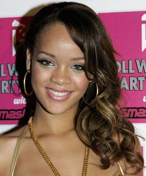 Rihanna Penteados: doce lado varreu ondas médias com altas luzes
