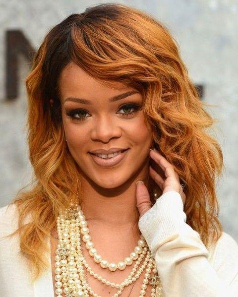 Rihanna Penteados: Dourado Médio Ondulado corte de cabelo