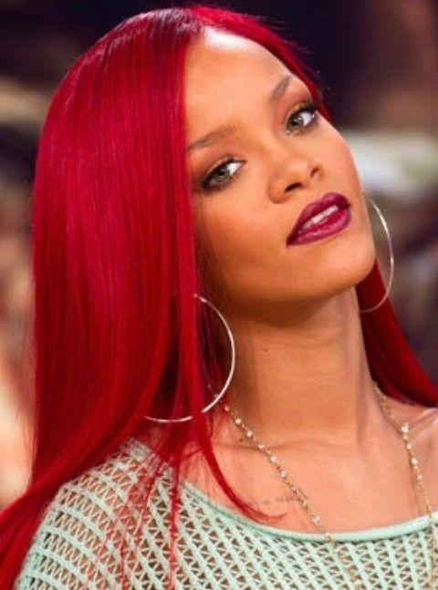 Rihanna penteados longos: Elegante Scarlet Side-varrido corte de cabelo