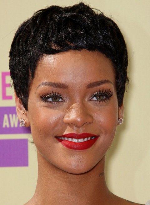 Rihanna Penteados: Cut menino moderno para rosto oval