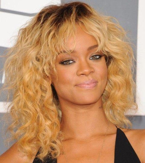 Rihanna Penteados: Louro Sassy Médio Ondas