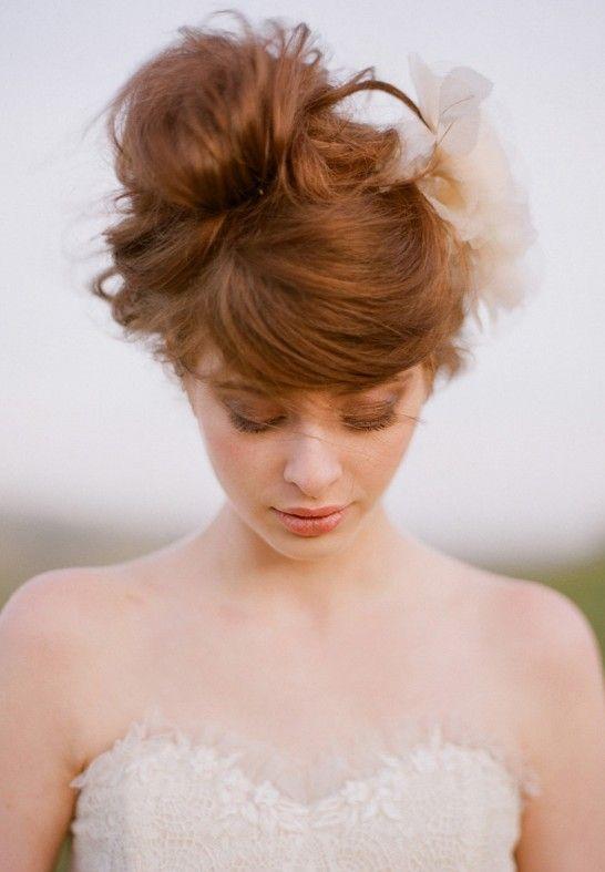 Romântico updo casamento: updo russet sofisticada swirly com franja