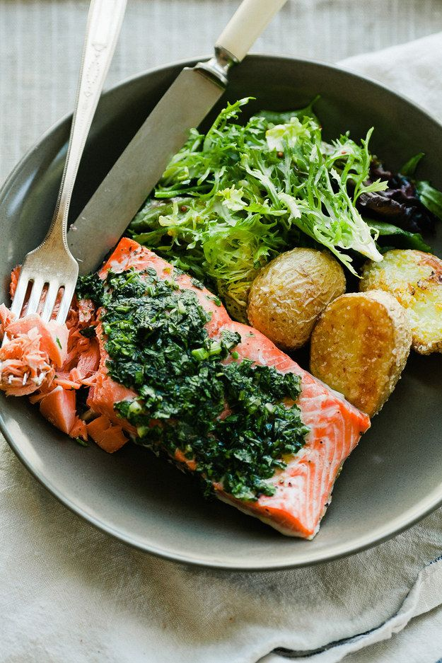 Salmon fácil assado com batatas crocantes