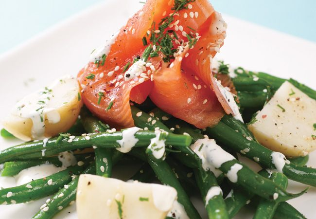 Salmão fumado, feijão verde e salada de batata