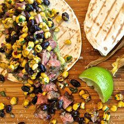 Steak taco com guacamole, salsa receita de feijão preto - Mulheres`s Health & Fitness