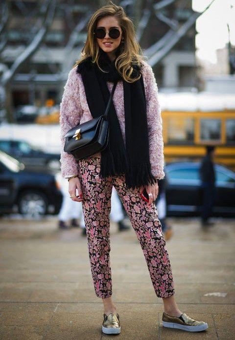 Steve madden ouro deslizamento-nas sapatilhas para um olhar roupa na moda no rosa com calças de estampas florais