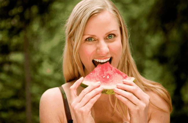 Mulher que come a melancia