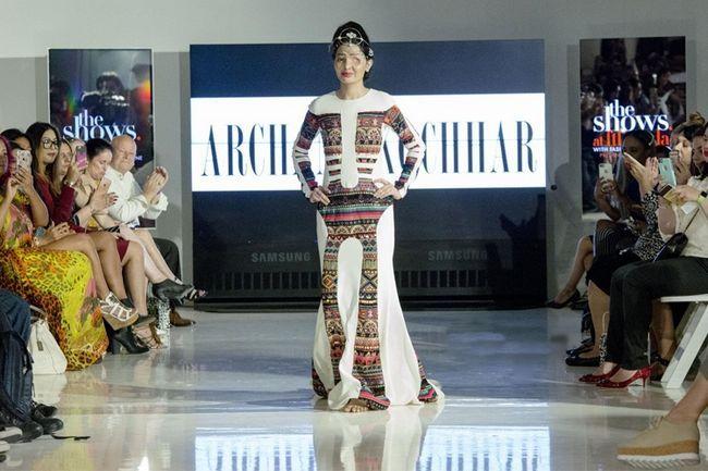 Este modelo na nova semana york moda vai deixá-lo espantado e inspirado