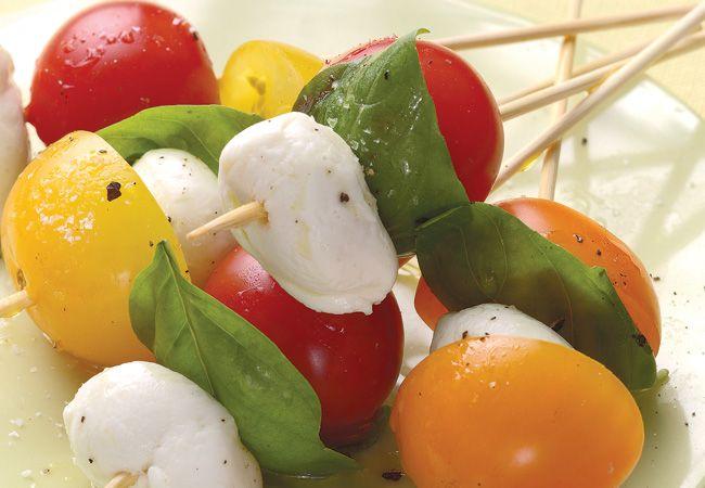 Tomate, mussarela e espetos de manjericão