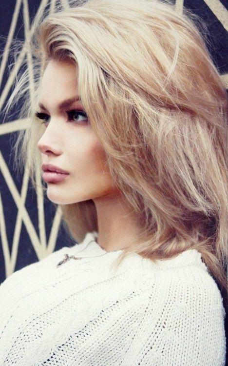 Penteado Tousled moda para cabelo médio