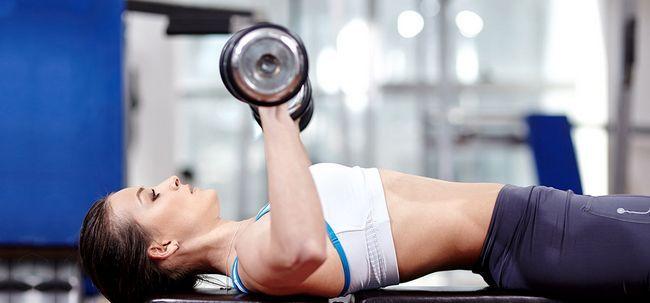 Top 10 de treinamento de peso exercícios para as mulheres e seus benefícios