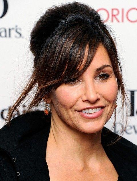 Gina Gershon Penteados: French Twist com Bangs