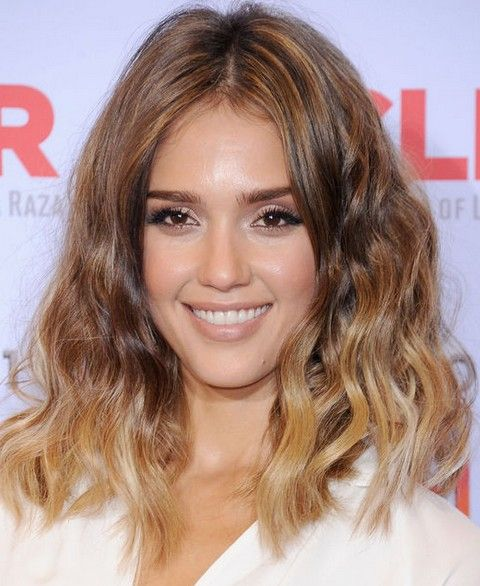 Jessica Alba penteados: Vivacious Blunt ondulado corte de cabelo
