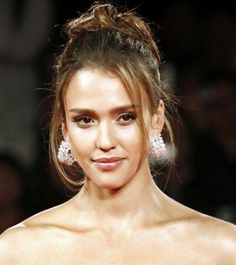 Jessica Alba penteados longos: Glamorous solto Bun