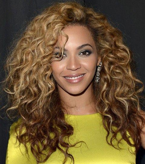 Beyonce penteados: à moda volumosos cachos longos para um partido