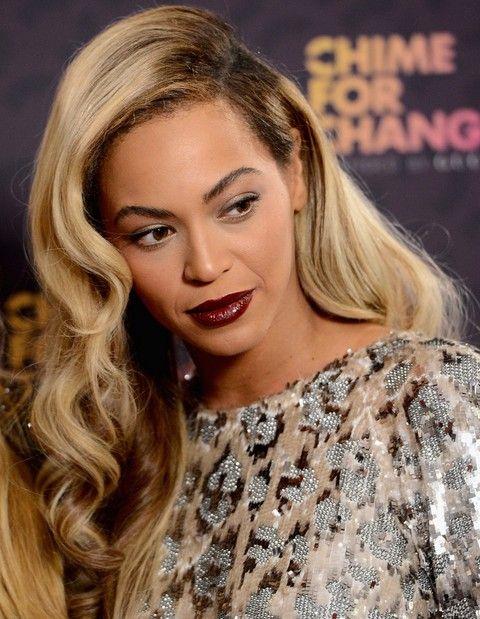Beyonce penteados: Retro-chic longo do cabelo separaram-Side