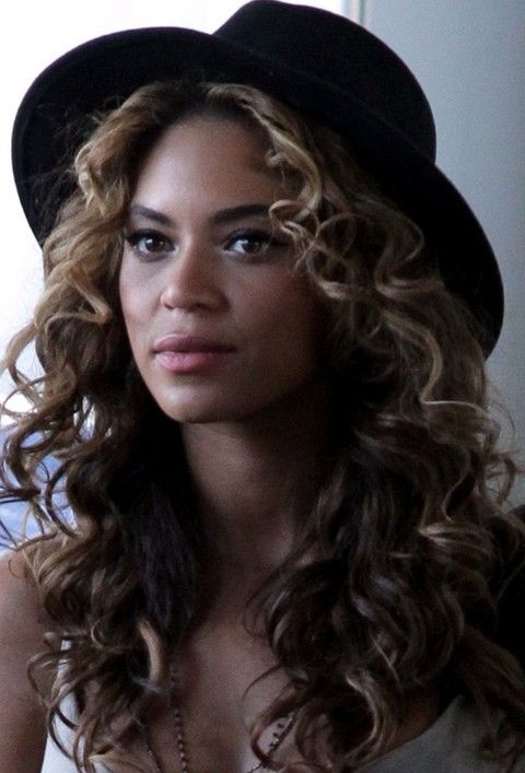 Beyonce penteados: bonito Brunet longos cachos para mulheres na moda