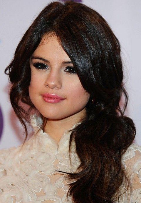 Selena Gomez Penteados: rabo de cavalo frouxo com Bangs