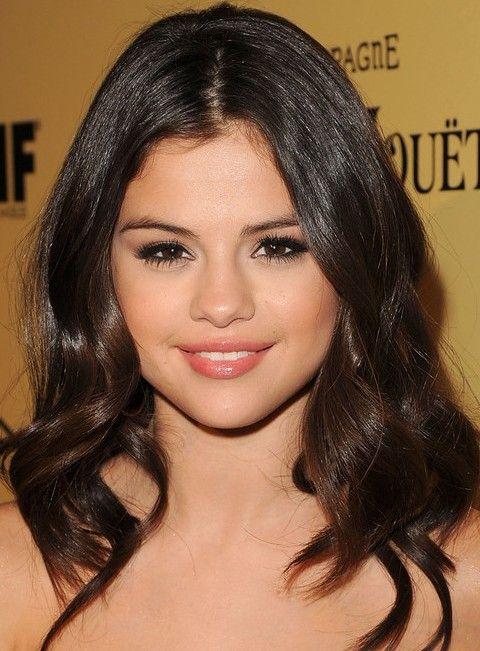 Selena Gomez Penteados: separaram-Center ondulado corte de cabelo para todas as formas da cara