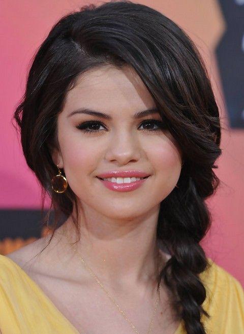 Selena Gomez Penteados: Caprichoso trançado penteado para mulheres românticas