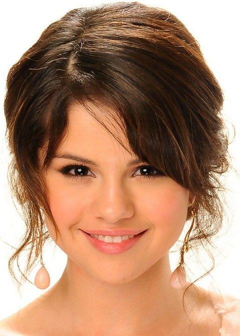 Selena Gomez Penteados: Romântico Brown Messy Updo