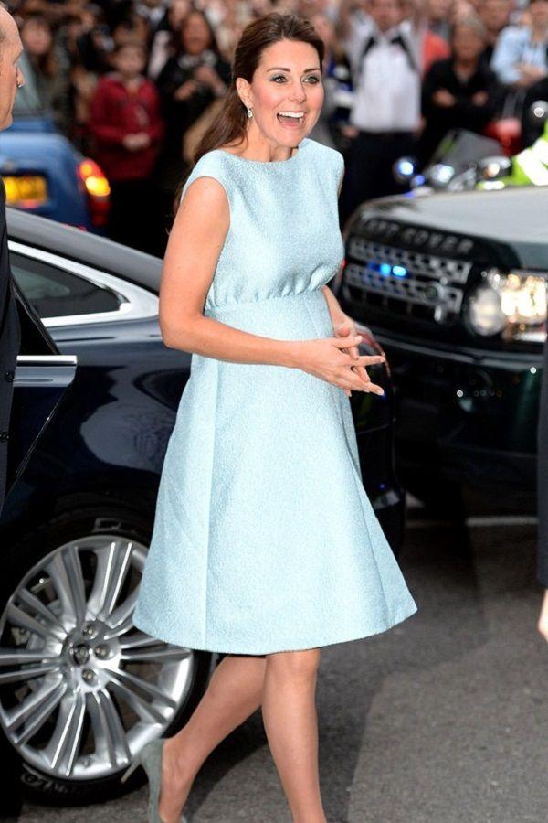 Kate Middleton grávida vestido de cocktail Emilia Wickstead