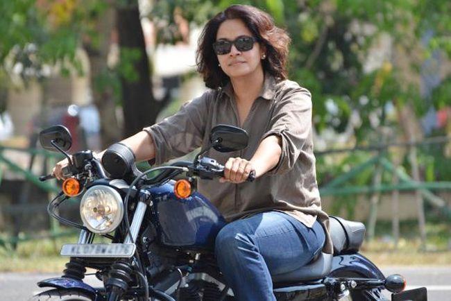 Top moda pega para as mulheres que gostam de montar suas motos de bala