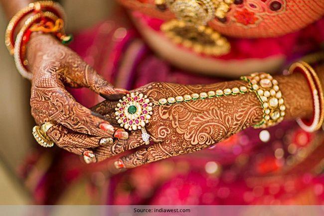 Essencial jóias tradicionais para as mãos e os braços da noiva indiana