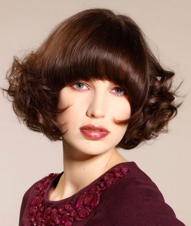 Corte de cabelo Médio bonita com uma franja Rodada