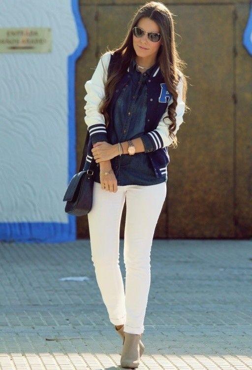 Olhe desportivo e ocasional com calças de brim brancas