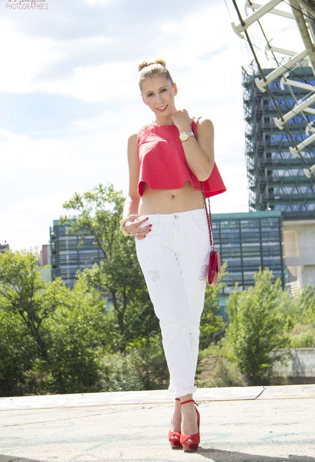 Red Top Curto e branco Jeans Outfit